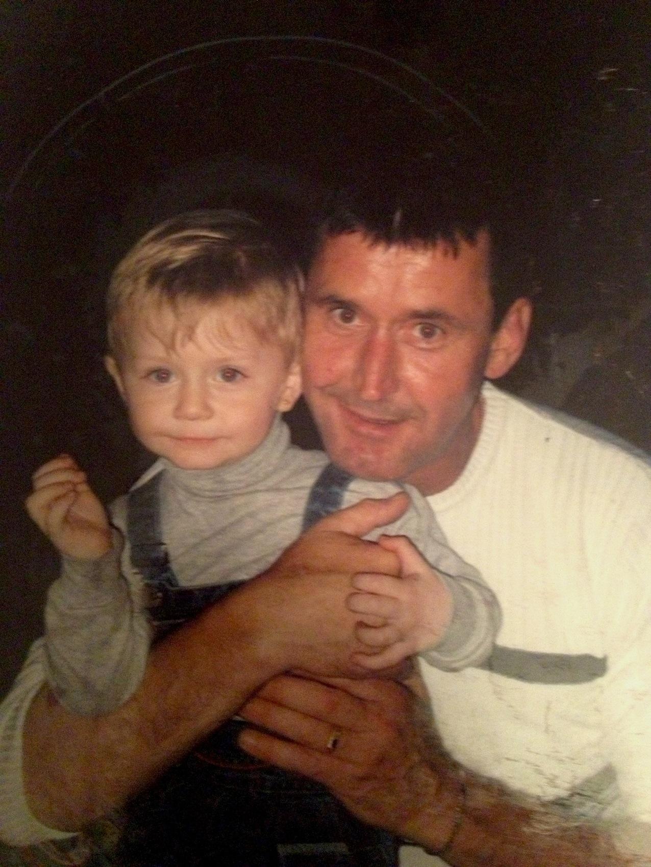 Manfred Genditzki kurz vor seiner Verhaftung mit seinem Sohn